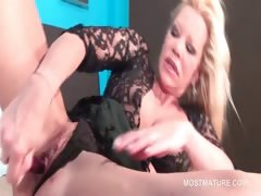 orgasm-addict-mature-sex-bomb-vibing-her-pussy